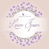 Piękny kwiecisty przygotowania z fiołkiem kwitnie na beżowym tle z przestrzenią dla twój teksta pocztówka Obraz Royalty Free