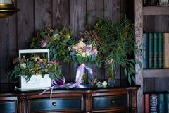 Piękny kwiecisty skład na camode bukietach Obrazy Royalty Free