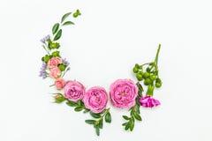 Piękny kwiecisty wianek z różowymi różami odizolowywać na bielu Zdjęcia Stock