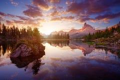 Piękny Lago Di Federa Widzieć wcześnie w ranku obraz royalty free
