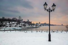 Piękny lampion z widokiem miasta przy półmrokiem zdjęcia royalty free