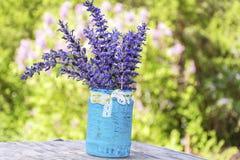 Piękny las kwitnie w błękitnej wazie z faborkiem Obrazy Stock