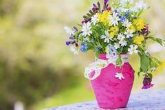 Piękny las kwitnie w różowej wazie z faborkiem Fotografia Royalty Free