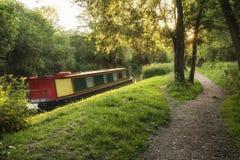 Piękny lato świtu wschodu słońca krajobraz barki długa łódź na ca Fotografia Stock