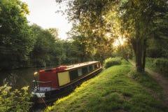 Piękny lato świtu wschodu słońca krajobraz barki długa łódź na ca Obrazy Stock