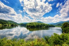Piękny lato dnia krajobraz, meander rzeka z odbiciem, zieleni wzgórza, góry i oszałamiająco błękitny chmurny niebo, zdjęcia royalty free
