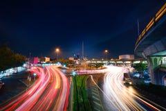 Piękny lekki ruch drogowy na drodze przy nocą w Bangkok, Thailan Fotografia Royalty Free