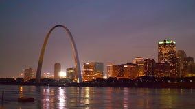 Piękny linia horyzontu St Louis z brama łukiem nocą zbiory