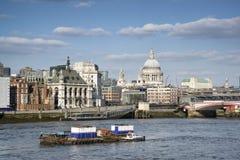 Piękny Londyński miasto linii horyzontu krajobraz na niebieskie niebo letnim dniu a fotografia stock