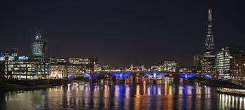 Piękny Londyński miasto linii horyzontu krajobraz przy nocą z jarzyć się ci zdjęcie stock