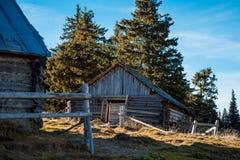 Piękny ludowy jard w wsi Słoneczny dzień przy górami Obrazy Stock