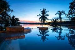 Piękny luksusowy pływackiego basenu plaży przód blisko, przyglądający denny widok Zdjęcie Stock