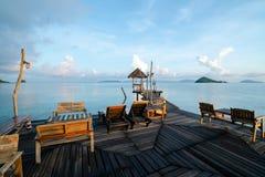 Piękny luksusowy pływackiego basenu plaży przód blisko, przyglądający denny widok Fotografia Stock