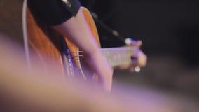Piękny mężczyzna bawić się gitarę w klubie zbiory wideo
