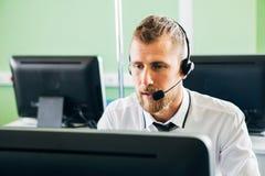 Piękny mężczyzna pracuje w centrum telefonicznym Zdjęcia Stock