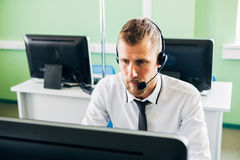 Piękny mężczyzna pracuje w centrum telefonicznym Zdjęcia Royalty Free