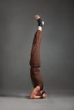 Piękny mężczyzna robi joga shirshasana Obrazy Royalty Free
