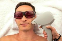 Piękny mężczyzna w zdroju salonie ma zdrój terapię z rękami masażysta Fotografia Royalty Free