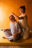 Piękny mężczyzna w zdroju salonie ma zdrój terapię z rękami masażysta Obrazy Stock