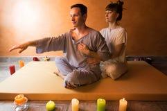 Piękny mężczyzna w zdroju salonie ma zdrój terapię z rękami masażysta Zdjęcie Stock