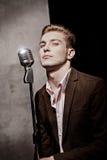 Piękny mężczyzna z retro mikrofonem Fotografia Royalty Free