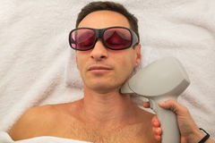 Piękny mężczyzna zdroju salon ma zdrój terapię z rękami masażysta Obraz Royalty Free