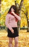 Piękny młoda dziewczyna portret w żółtym miasto parku, sezon jesienny Zdjęcia Royalty Free