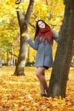 Piękny młoda dziewczyna portret w żółtym miasto parku, sezon jesienny Obraz Stock