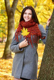 Piękny młoda dziewczyna portret w żółtym miasto parku, sezon jesienny Zdjęcie Royalty Free