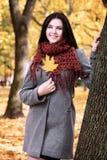 Piękny młoda dziewczyna portret w żółtym miasto parku, sezon jesienny Fotografia Stock