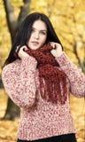 Piękny młoda dziewczyna portret w żółtym miasto parku, sezon jesienny Obrazy Royalty Free