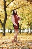 Piękny młoda dziewczyna portret w żółtym miasto parku, sezon jesienny Obrazy Stock