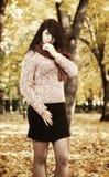 Piękny młoda dziewczyna portret w żółtym miasto parku, sezon jesienny Fotografia Royalty Free