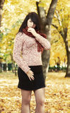 Piękny młoda dziewczyna portret w żółtym miasto parku, sezon jesienny Zdjęcia Stock