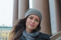 Piękny młoda dziewczyna portret w mieście zdjęcia stock
