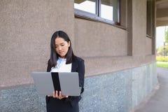 Piękny młoda dziewczyna przedsiębiorca trzyma laptop i pracy, rozwiązują Fotografia Stock