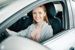 Piękny młoda kobieta kierowcy obsiadanie w nowym samochodzie Zdjęcie Royalty Free