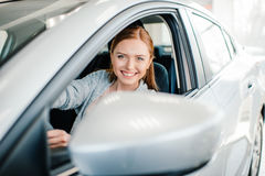 Piękny młoda kobieta kierowcy obsiadanie w nowym samochodzie Zdjęcia Stock