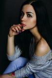 Piękny młoda kobieta model w jaskrawym modnisiu Hałaśliwie wizerunek Gr Zdjęcia Royalty Free