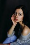 Piękny młoda kobieta model w jaskrawym modnisiu Hałaśliwie wizerunek Gr Obraz Stock