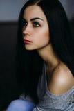 Piękny młoda kobieta model w jaskrawym modnisiu Hałaśliwie wizerunek Gr Fotografia Stock