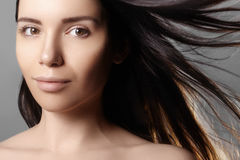 Piękny młoda kobieta model z latać lekkiego koloru włosy Piękno portret z czystą skórą, splendor mody makeup zdjęcia royalty free