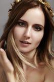 Piękny młoda kobieta model z latania światła włosy Piękno czysta skóra, mody makeup Fryzura, haircare, makijaż zdjęcie royalty free