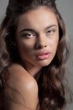 Piękny młoda kobieta portret patrzeje w kamerze Fotografia Stock