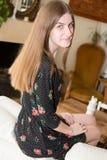 Piękny młoda kobieta portret siedzi na leżance w domu zdjęcie stock