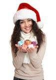 Piękny młoda kobieta portret w Santa pomagiera kapeluszu pozuje na bielu Fotografia Royalty Free