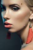 Piękny młoda kobieta portret w studiu na ciemnym tle Obraz Royalty Free
