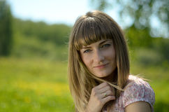 Piękny młoda kobieta portret w zielonym parku Zdjęcie Royalty Free