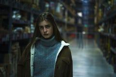 piękny młoda kobieta pracownik meblarski sklep Zdjęcie Stock