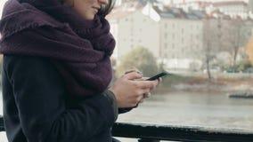 Piękny młoda kobieta turysta W Praga Używać Jej Smartphone, Podróżny pojęcie zbiory